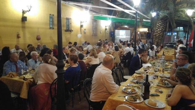 Ambientación Cena. La casa grande. Alcalá de Henares. Fotos WhatsApp al fondo.